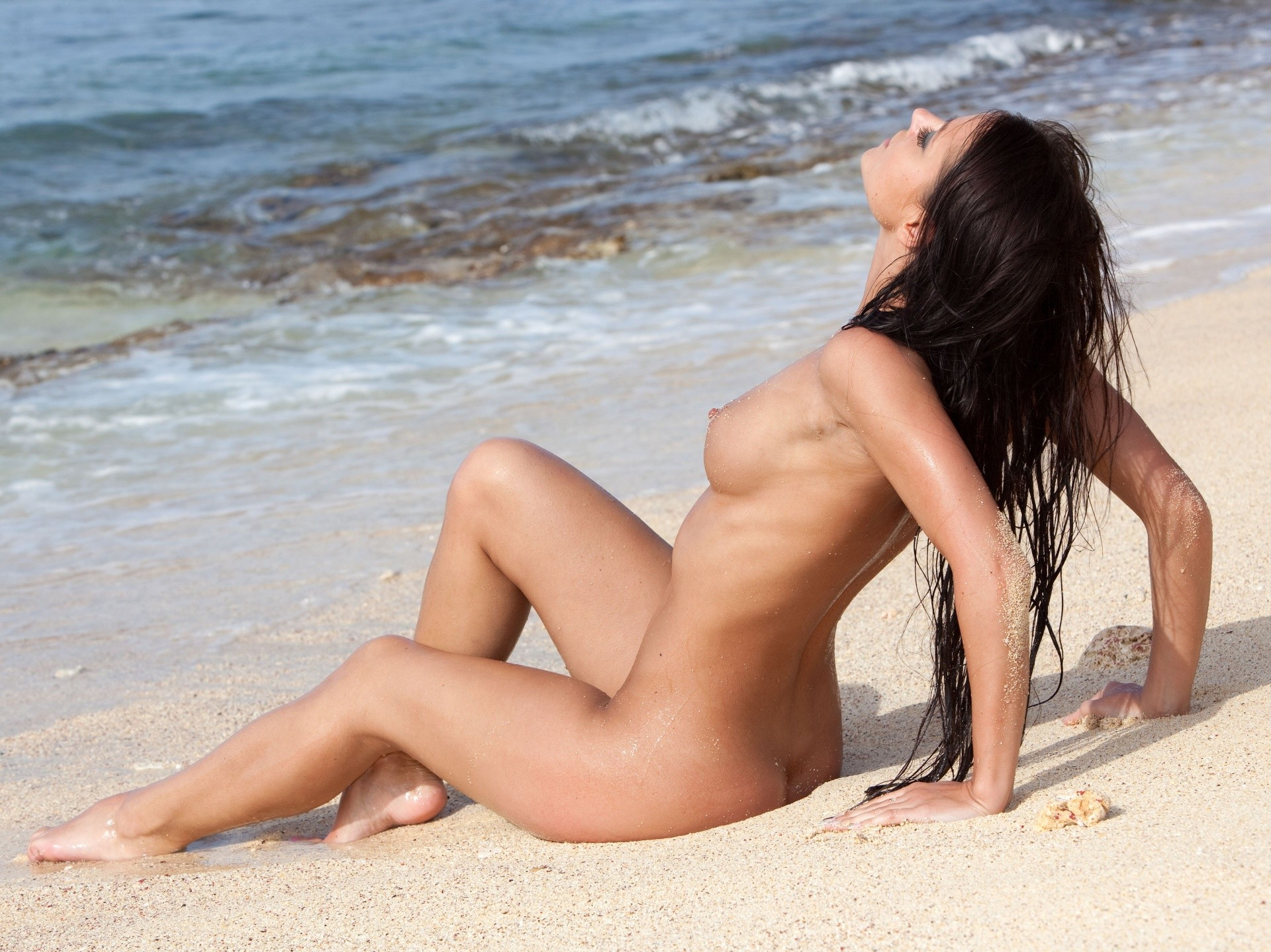 nacked-beauty-in-the-beach
