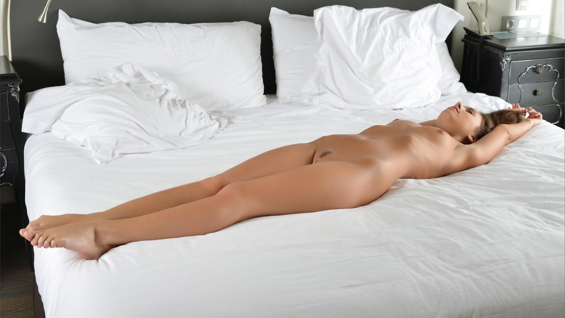 girls-nude-on-bed