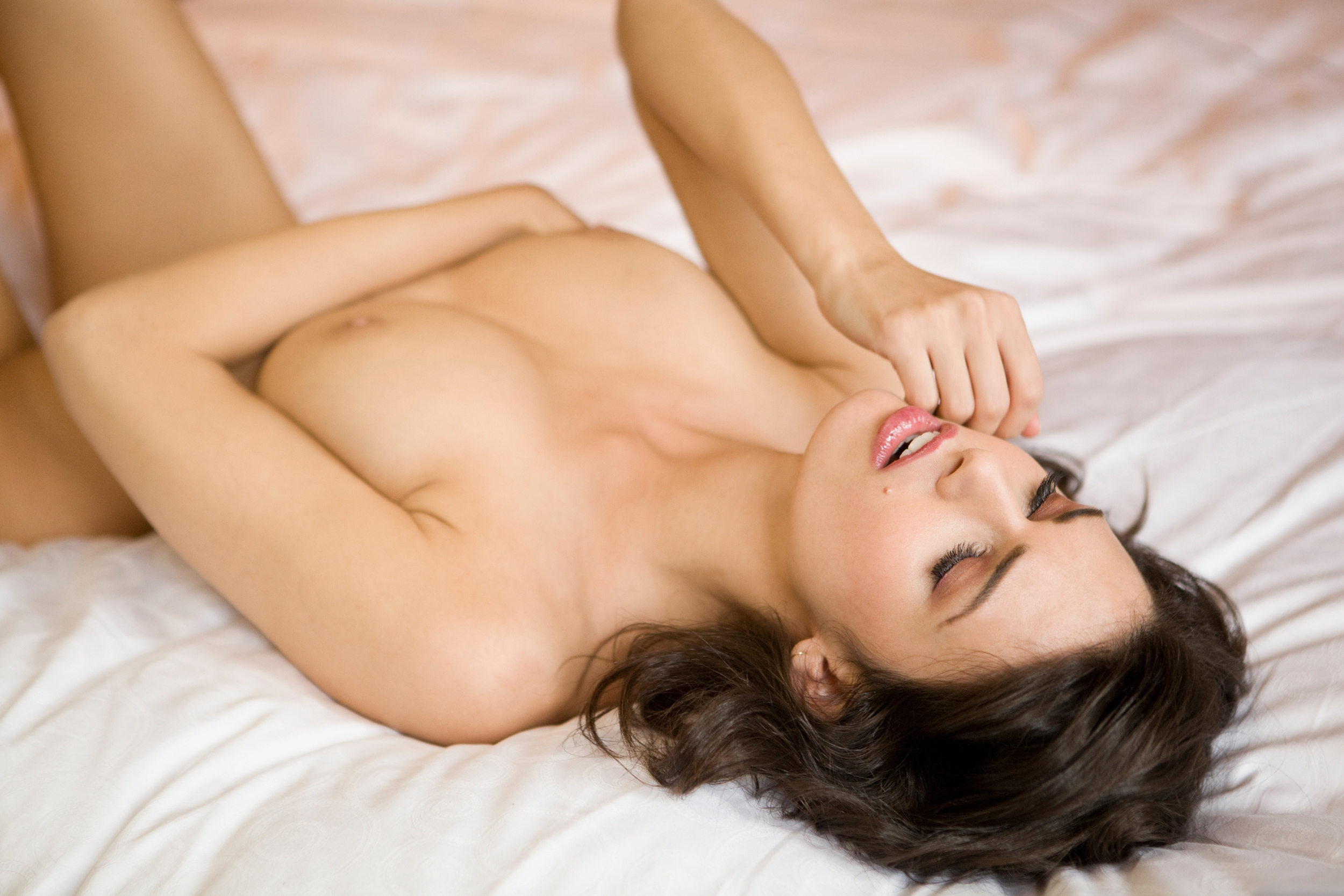 eating-naked-on-bed